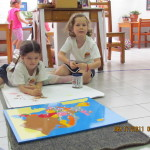 Entre las dos logran colorear el mapa de Europa, su continente de procedencia y les que da maravilloso.