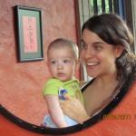 Madre e hijo aprendiendo frente a un espejo.