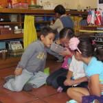 Las orugas chiquititas les atraen enormemente a los niños a esta edad.