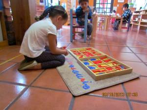 Maria Jose con el alfabeto móvil.
